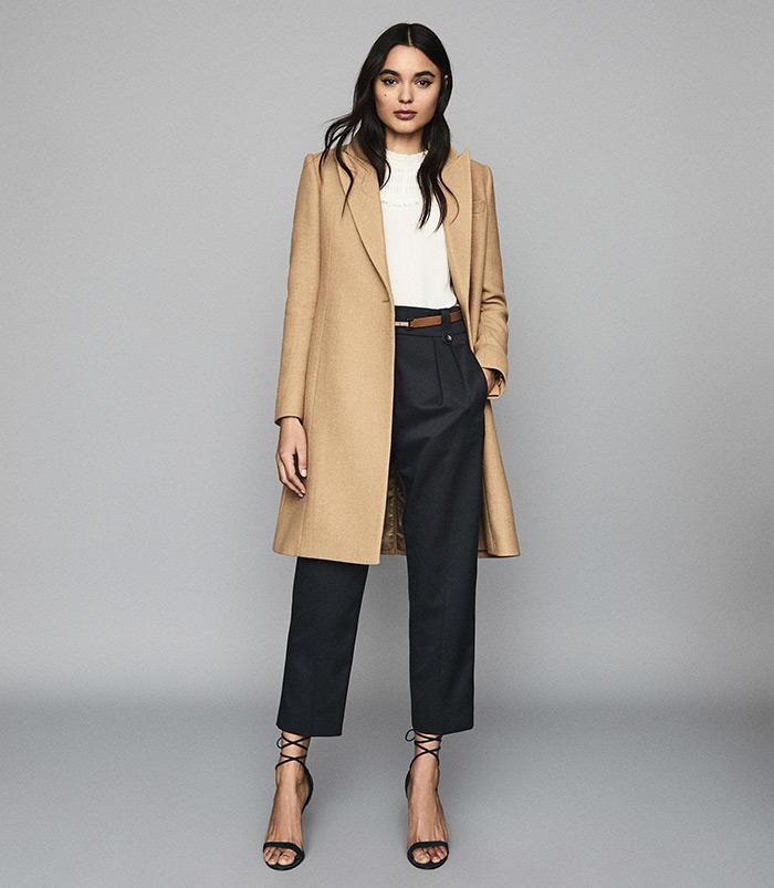 moda siječanj reiss poslovni look kaput u bež boji