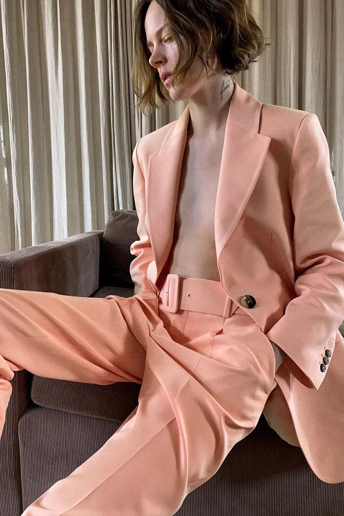 zara roza odijelo ljetno odijelo bijeli šorc crne bermude kako kombinirati moda trend ljeto