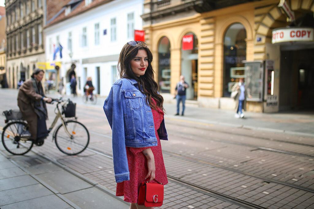 kombinacija crvena mini haljina na točkice kratka guess traper jakna converse tenisice street style zagreb špica foto Ana Josipović Slavica