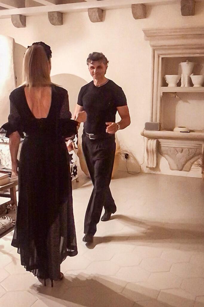 Na plesnom podiju dnevnog boravka argentinski tango plešu Đurđa i Miloš